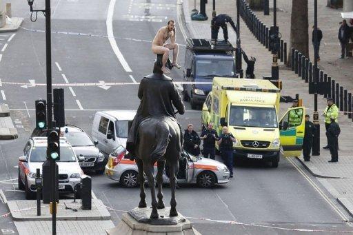 Man turns nude on memorial in London