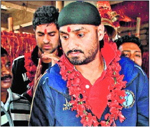 Bhajji visits Deori temple of goddess Durga,Goddess Durga,Bhajji,Harbhajan Singh offer pray at deori mandir