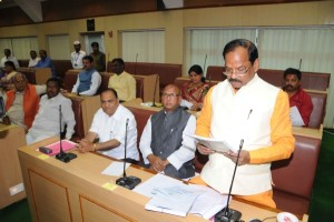 *Ratan Lal's photo shows Jharkhand Chief Minister cum Finance Minister Raghubar Das tabling annual budget 2015-16 on floor of the Assembly in Ranchi on Tuesday.Parliamentary Affairs, Food, Public Distribution and Consumer Affairs Minister Saryu Rai (2nd-R), Urban Development Minister CP Singh and others are also seen.