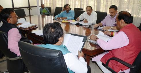 Representational Picture shows CM Raghubar Das holding in meeting with officials in Ranchi.