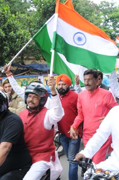 """Ranchi, Jharkhand 20 August 2016 :: Jharkhand Chief Minister Raghubar Das (C) holds Tricolor during """"Tiranga Yatra"""" programme in Ranchi on Saturday. Photo Ratan Lal"""