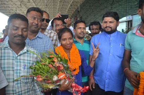 Ranchi, Jharkhand 26 August 2016 :: Hockey players Nikki Pradhan being welcomed by Jharkhand Olympic Assassination officials on her arrival at Birsa Munda International airport in Ranchi on Friday after participating in Rio Olympics.  Photo-Ratan Lal