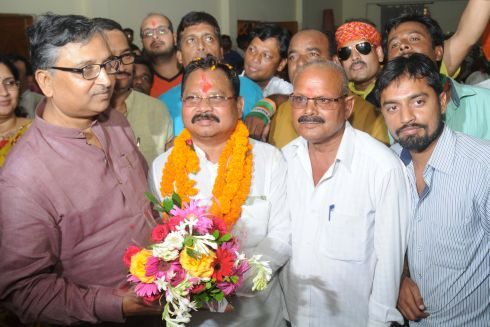 Ranchi, Jharkhand 26 August 2016 : Newly appointed Bharatiya Janta Party (BJP) State President and Member of Parliament from Singhbhum Laxman Giluwa welcomed by party leaders and workers after his arrival at party head office Ranchi on Friday. Photo-Ratan Lal