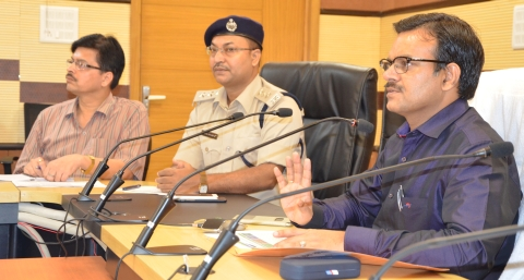 *Picture shows Jharkhand CM Sunil Kumar Barnwal(Right) together with a police officer addressing Jan Samvad programme inside Suchna Bhawan in Ranchi on Tuesday-August 16,2016.