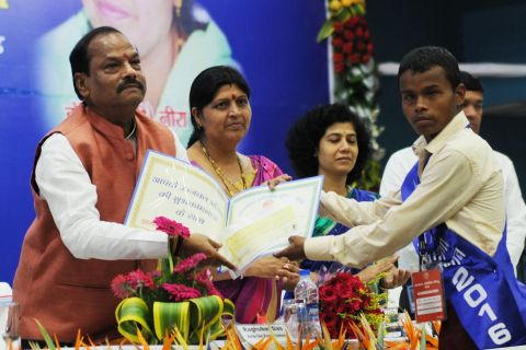Ranchi, Jharkhand 02 September 2016 :: Jharkhand Chief Minister Raghubar Das honored a visually challenge Student during Jharkhand Academic Council's (JAC) foundation Day cum Award Ceremony at Barganwa in Namkum near Ranchi on Friday. Photo-Ratan Lal