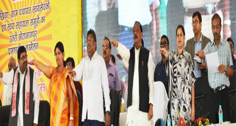 *Picture shows Jharkhand CM Raghubar Das,Chief Sectretary Raj Bala Verma,Additional Chief Secretary Amit Khare, his Principal Secretary Sanjay Kumar and others standing at the dias of the public meeting of SHGs of women at Carzon Ground in Hazaribagh on September 12,2016.