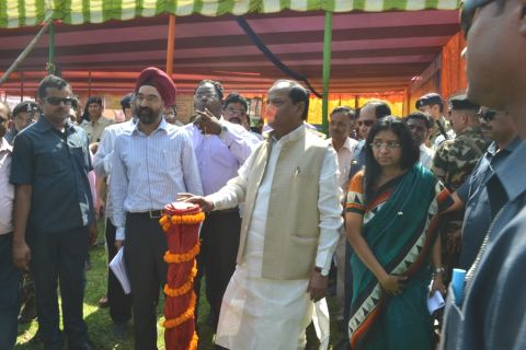 *Picture shows Jharkhand CM Raghubar Das launcing three-tier development plans of villages in  Sonadhani village under Littipara blcok in Pakur district,Jharkhand.