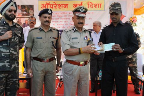 Ranchi, Jharkhand 25 October 2016 :: Jharkhand's CPI (Maoists) Sub-Zonal Commander Baleshwar Oraon being felicitated by Jharkhand DGP D K Panday with senior officials  after her surrendered during Operation Nai Disha at Police headquarter in Ranchi on Tuesday. Photo-Ratan Lal