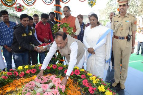*Picture shows Jharkhand Governor Draupadi Murmu and Chief Minister Raghubar Das paying tributes to tribal hero and freedom fighter Birsa Munda on the 17th Foundation function on November 15,2016.