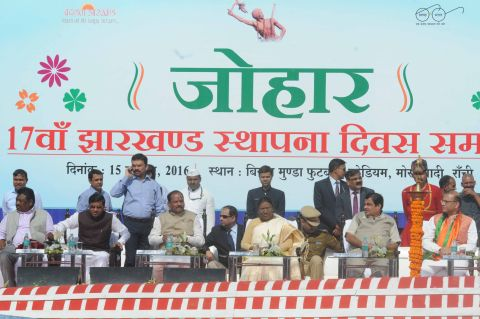 Ranchi, Jharkhand 15 November 2016 :: Jharkhand Governor Droupadi Murmu along with Jharkhand Chief Minister Raghubar Das, Union Minister for Road Transport and Shipping Nitin Gadkari Union State Minister for Agriculture Sudarshan Bhagat and other Ministers and MPs during State 16thFoundation Day ceremony at Birsa Munda Football stadium in Ranchi on Teusday. Photo-Ratan Lal Ranchi Jharkhand 09334040016