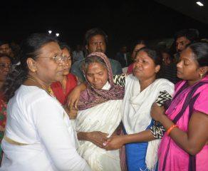 झारखंड के राज्यपाल द्रौपदी मुर्मू   ने गुरुवार को रांची में बिरसा मुंडा अंतरराष्ट्रीय हवाई अड्डे पर मृत जवान रंजीत खालखो के परिवार के सदस्यों से मुलाकात की।